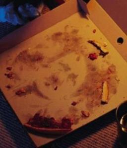 Hitler se aparece en una caja de pizza!!!!