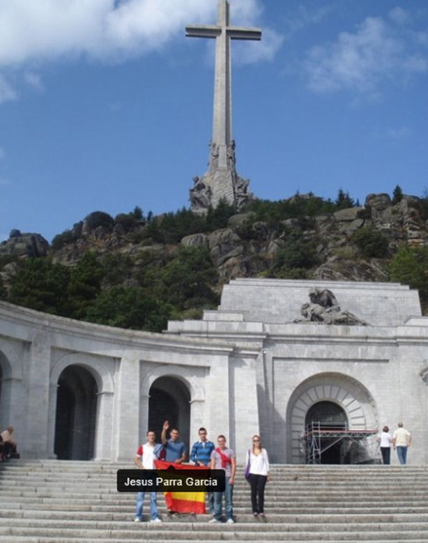 Haciendo el saludo facha en el Valle de los Caídos